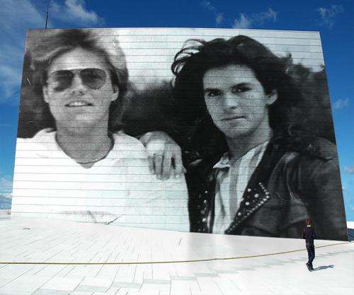 Modern Talking Hintergrund possibly containing a guillotine and a sign entitled Modern Talking