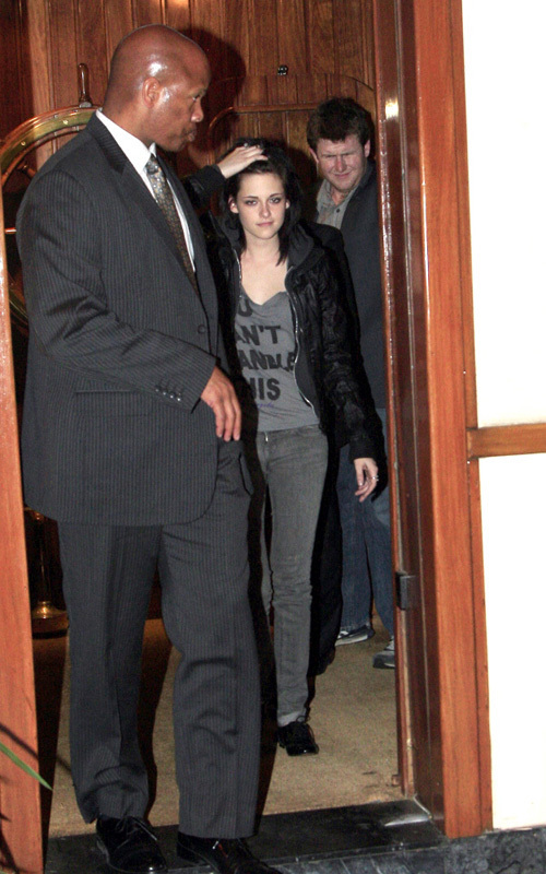 más from the cast cena last night - Rob is so happy, he's even smiling at papz! :)))