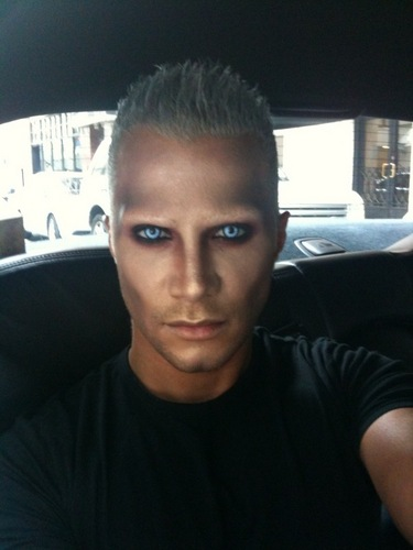 Mr Jay Vampire! Twilight New Moon Premire in car (Twitter photo)
