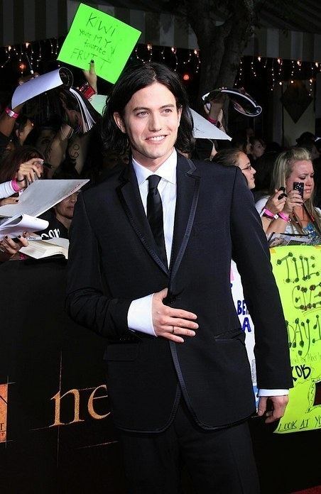 http://images2.fanpop.com/image/photos/9000000/NEW-MOON-CAST-AT-THE-LOS-ANGELES-PREMIERE-twilight-series-9093665-452-696.jpg