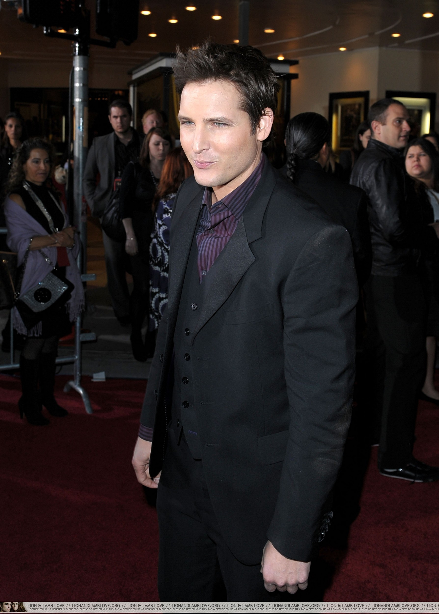 http://images2.fanpop.com/image/photos/9000000/New-Moon-premiere-twilight-series-9087360-1788-2500.jpg