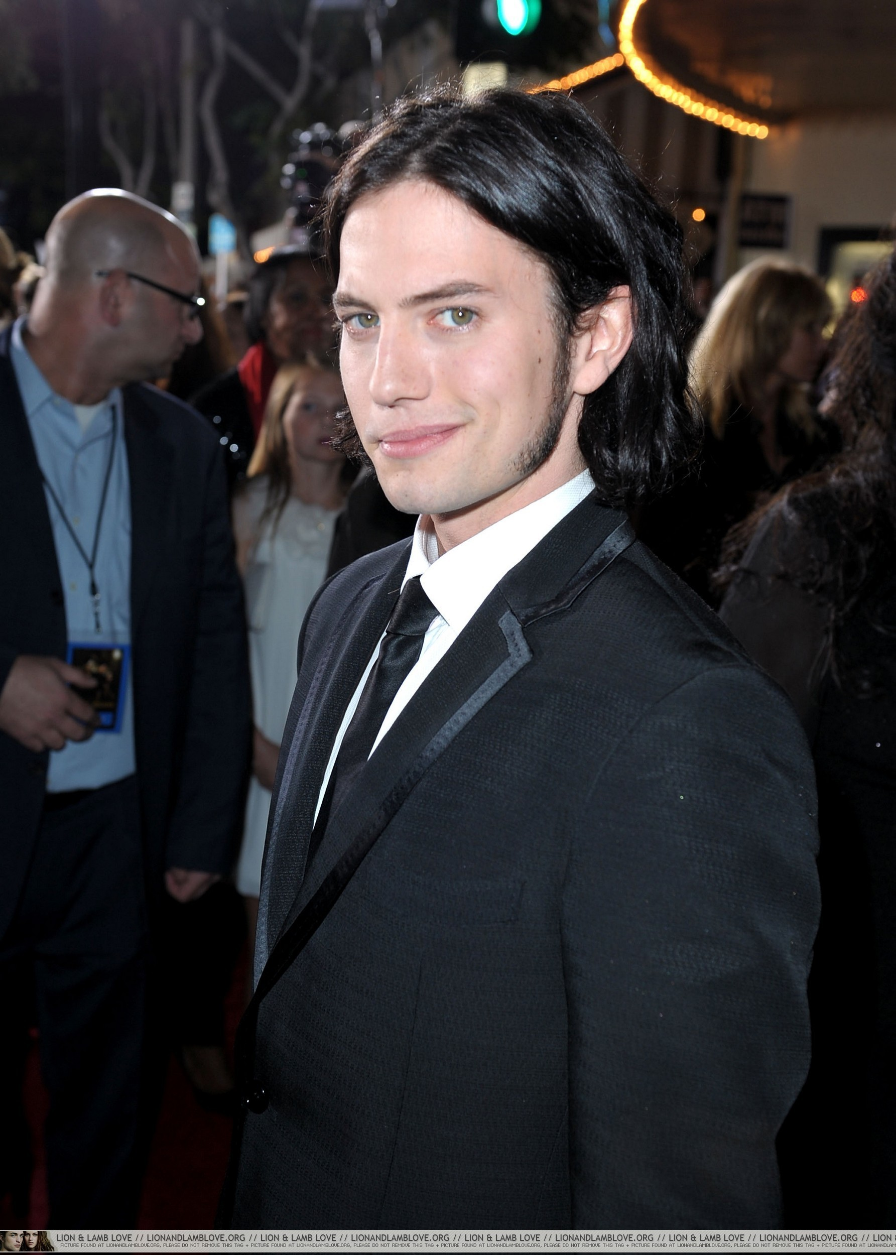 http://images2.fanpop.com/image/photos/9000000/New-Moon-premiere-twilight-series-9087647-1785-2500.jpg