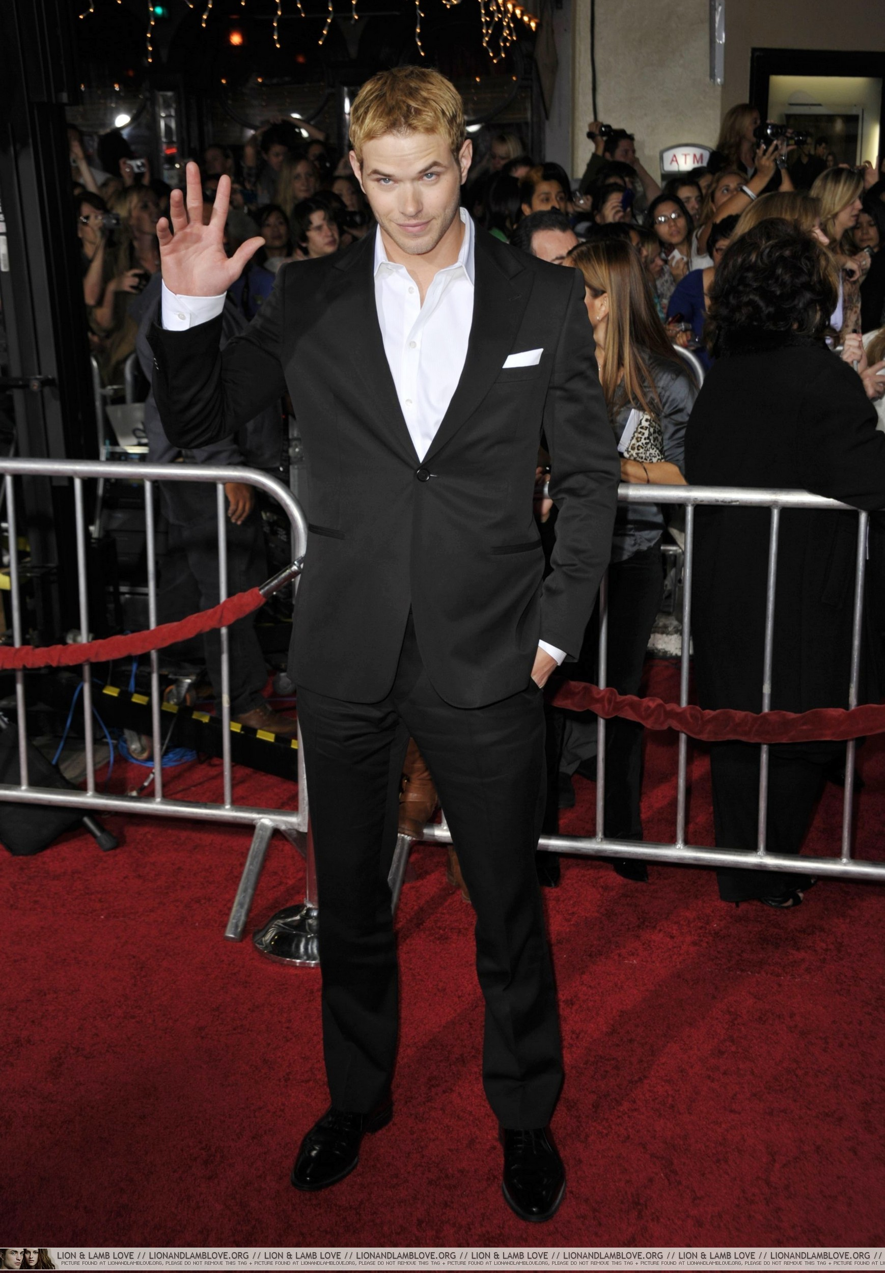 http://images2.fanpop.com/image/photos/9000000/New-Moon-premiere-twilight-series-9087678-1738-2500.jpg