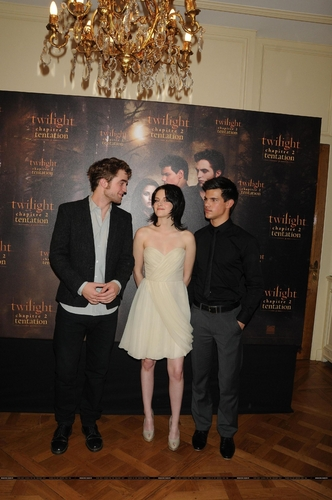 Twilight Series wallpaper containing a business suit and a dress suit called Paris Photocall 10.11.09