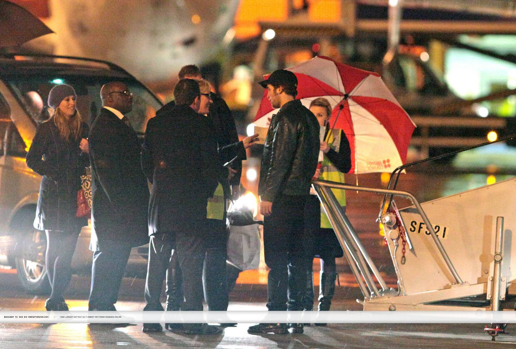 Rob, Kristen and Taylor leaving Londres last night