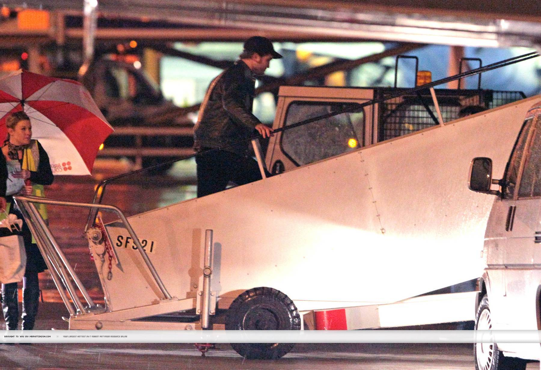 Rob, Kristen and Taylor leaving ロンドン last night