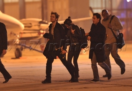 টুইলাইট সিরিজ দেওয়ালপত্র probably with a street, a hip boot, and a horse wrangler titled Rob and Kristen caught holding hands