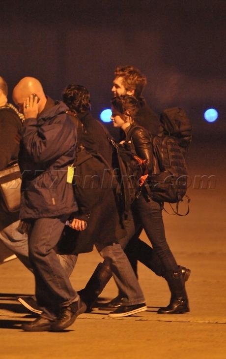 Robert Pattinson And Kristen Stewart Holding Hands In