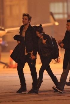 Robsten caught holding hands!!!