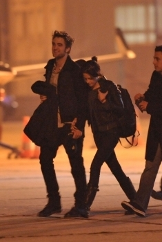 Robsten caught holding hands!!!