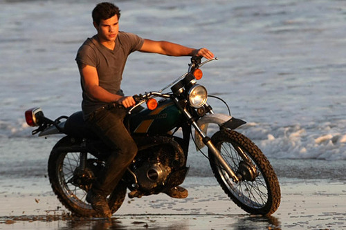 Taylor Lautner Gets Wet For Rolling Stone litrato Shoot