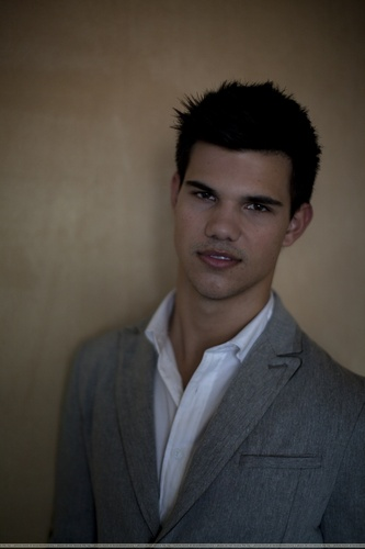 Taylor/Jacob Fan Girls wallpaper containing a business suit, a suit, and a three piece suit called Taylor Lautner Portraits