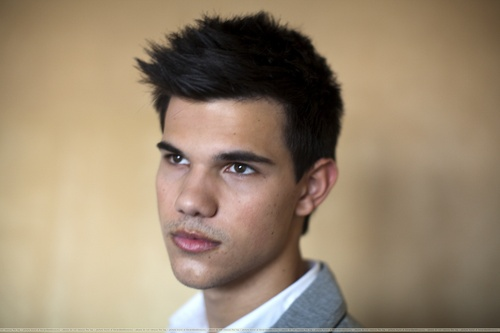 Taylor/Jacob Fan Girls wallpaper possibly containing a portrait titled Taylor Lautner Portraits