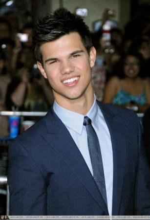 http://images2.fanpop.com/image/photos/9000000/Taylor-twilight-series-9088195-307-450.jpg