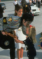 kissing lil girl :) - michael-jackson photo