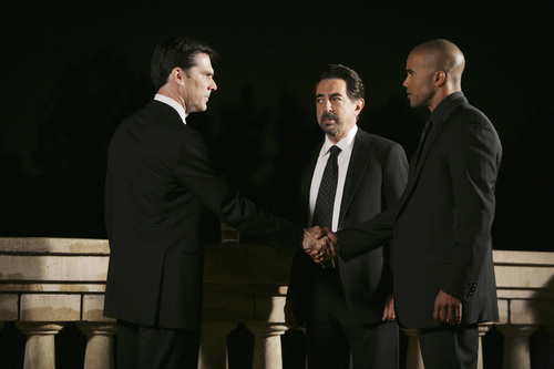 Criminal Minds achtergrond with a business suit, a suit, and a three piece suit called CM 5x10.