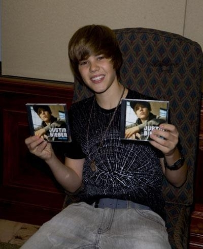 http://images2.fanpop.com/image/photos/9100000/Completely-Random-Justin-Pics-justin-bieber-9116795-400-489.jpg