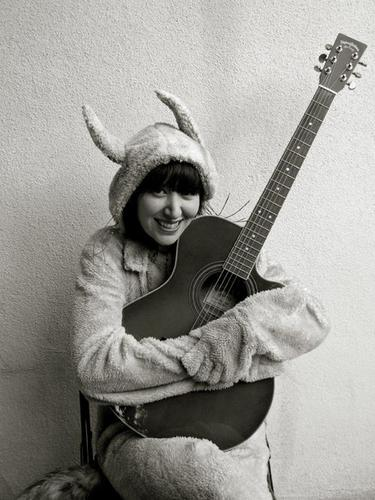 Yeah Yeah Yeahs karatasi la kupamba ukuta possibly containing an acoustic guitar, gitaa called Karen O!