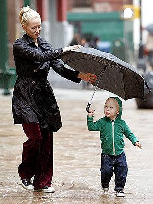 Naomi Watts and Sasha Do Sining in the Rain - Celebrity Kids 300x400