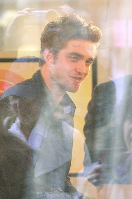 ROBERT PATTINSON GREETS 粉丝 AND VISITS THE TODAY 显示 - 11/19/09