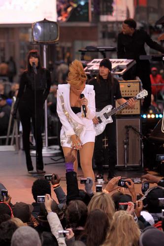 リアーナ performing on Good Morning America
