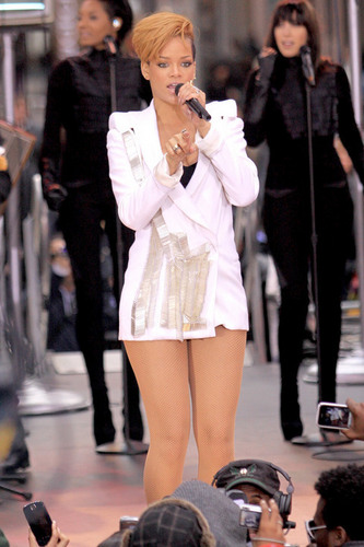 रिहाना performing on Good Morning America