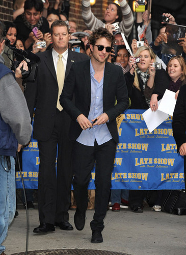 Rob arriving at the Letterman প্রদর্শনী