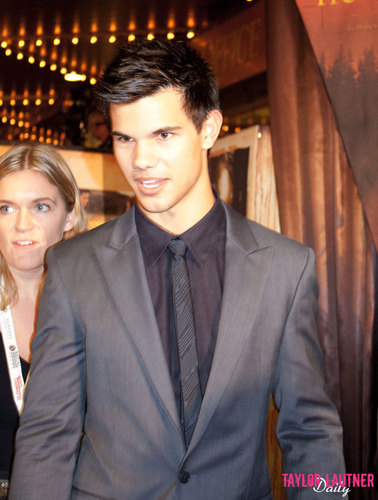 Taylor/Jacob অনুরাগী Girls দেওয়ালপত্র containing a business suit, a suit, and a two piece called Taylor Lautner (Knoxville)