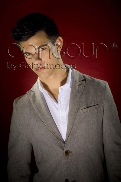 http://images2.fanpop.com/image/photos/9100000/Taylor-Lautner-LA-Times-Outtakes-twilight-series-9159750-400-600.jpg