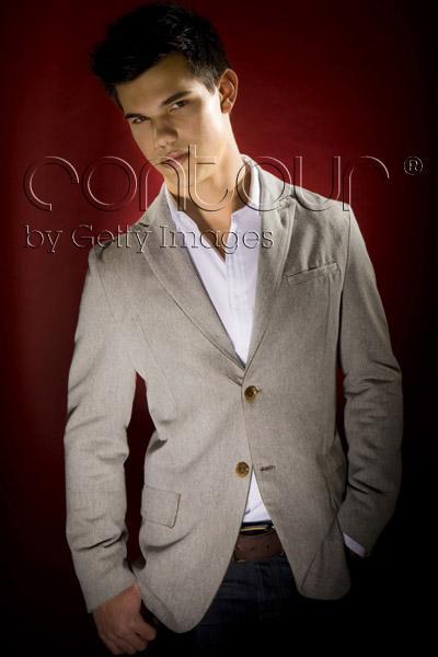 http://images2.fanpop.com/image/photos/9100000/Taylor-Lautner-LA-Times-Outtakes-twilight-series-9159756-400-600.jpg