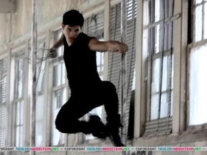 http://images2.fanpop.com/image/photos/9100000/Taylor-Lautner-twilight-series-9143419-425-319.jpg