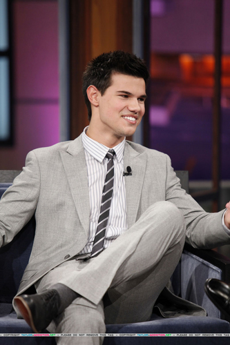 Taylor/Jacob Fan Girls wallpaper with a business suit, a suit, and a three piece suit called Taylor on Jay Leno