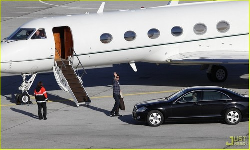 Tom Cruise: Leaving on a Private Jet Plane - tom-cruise Photo