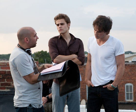 http://images2.fanpop.com/image/photos/9200000/Behind-The-Scenes-the-vampire-diaries-tv-show-9286140-557-461.jpg