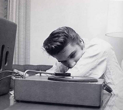 Elvis Listen musik In His Room In Spring 1956
