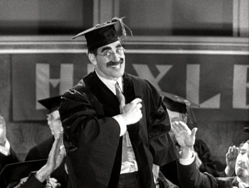 Marx Brothers Hintergrund with an academic kleid titled Groucho