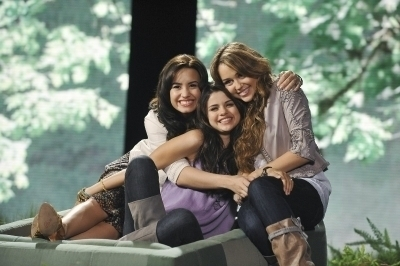 Miley, Demi, and Selena fond d'écran called Hugs