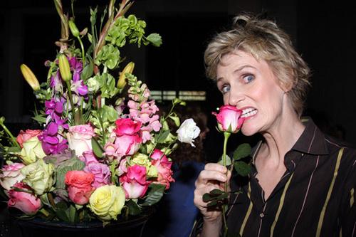 Jane biting a 花