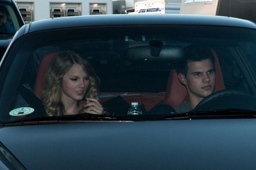 New Photos: Tay Launter & Tay rápido, swift hang together on set