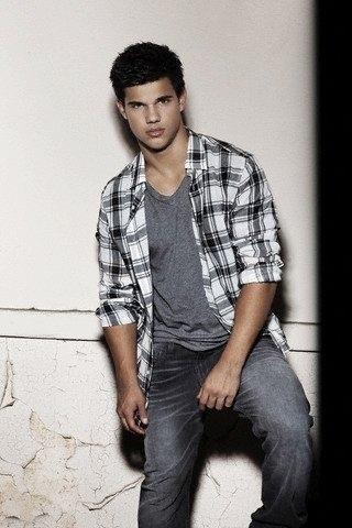 http://images2.fanpop.com/image/photos/9200000/Taylor-Lautner-Men-Health-Magazine-New-Outtakes-twilight-series-9298241-320-480.jpg