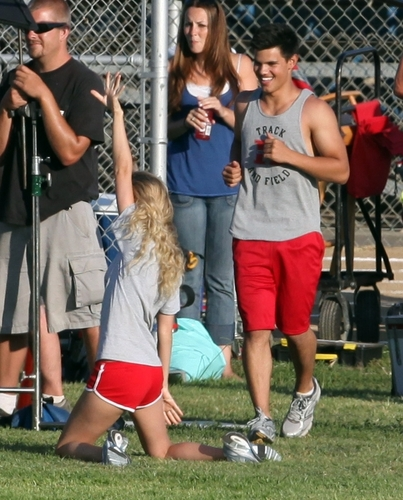 Taylor Lautner and Taylor cepat, cepat, swift wallpaper containing a chainlink fence titled Taylors