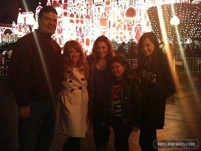 Demi Lovatos Family on Demi At Disney Land With Her Family Demi Lovato 9226006 400 300 Jpg