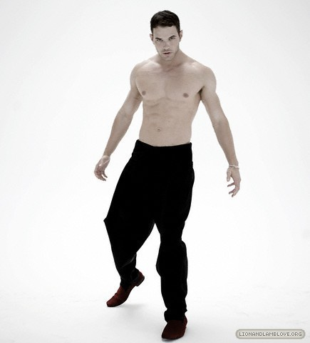 http://images2.fanpop.com/image/photos/9200000/kellan-lutz-photoshoot-twilight-series-9245999-435-480.jpg