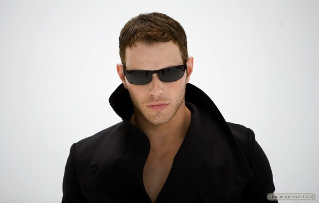 http://images2.fanpop.com/image/photos/9200000/kellan-lutz-photoshoot-twilight-series-9246001-640-407.jpg