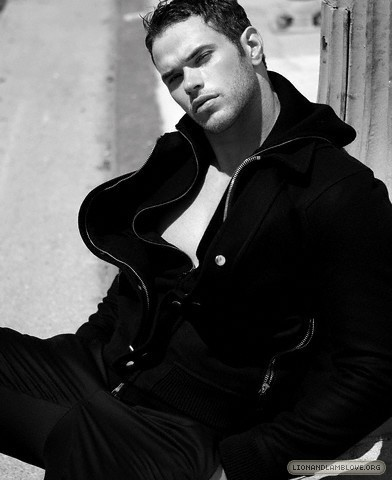 http://images2.fanpop.com/image/photos/9200000/kellan-lutz-photoshoot-twilight-series-9246005-392-480.jpg