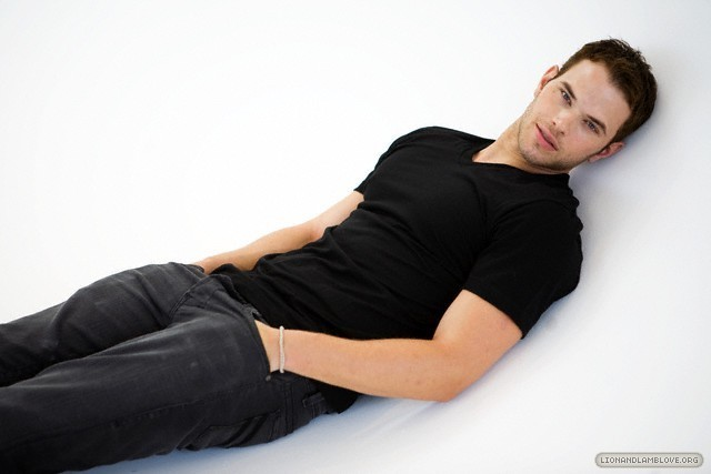 http://images2.fanpop.com/image/photos/9200000/kellan-lutz-photoshoot-twilight-series-9246026-640-427.jpg