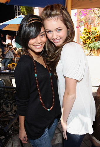 miley and vanessa - miley-and-vanessa Photo