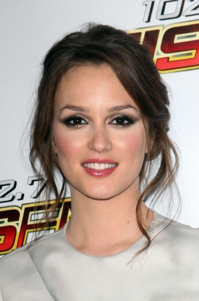 http://images2.fanpop.com/image/photos/9300000/Jingle-Ball-2009-Arrivals-leighton-meester-9326082-398-600.jpg