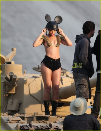 "Rihanna on set ""Hard"" موسیقی Video"