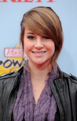 The Secret Life of the American Teenager Hintergrund probably with a portrait titled Shailene Woodley Power of Youth